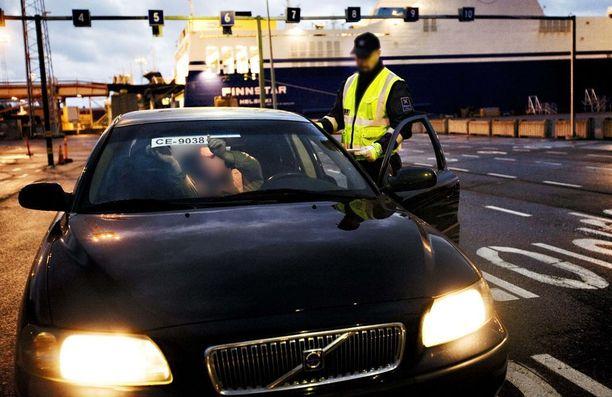 Nykyisten tuontiautojen verotus ei enää lainehdi, mutta vanhoista veroista kiistellään yhä.