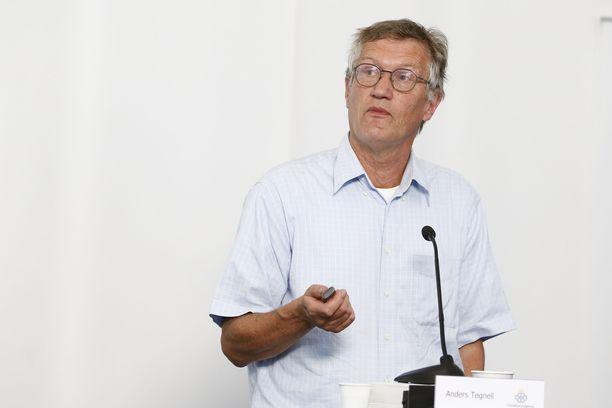 Valtionepidemiologi Anders Tegnellin ratkaisut joutuvat nyt suurennuslasin alle.