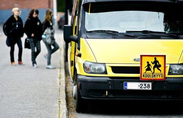 Eräät Hankasalmen taksinkuljettajista törkeilevät paikallisten lehtien mukaan lapsille ja vammaisille. Kuvan koulukyytiauto ei liity tapaukseen.