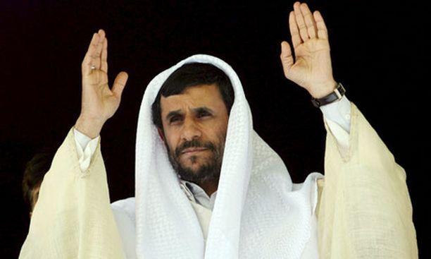Mahmoud Ahmadinejad vilkutti kuulijoilleen puheensa päätteeksi Iranissa tiistaina.