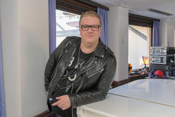 Arttu Wiskari kertoo taloyhtiössään tapahtuneesta ilkivallasta Facebookissa.