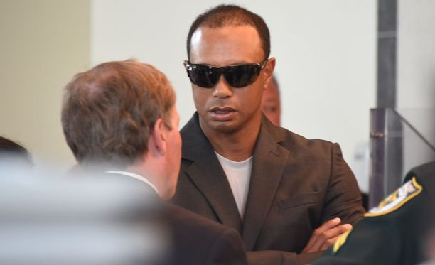 Tiger Woods Floridan Palm Beachin oikeustalolla perjantaina 27.10.2017.