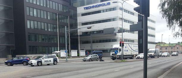 Poliisiauton taakse ehti kerääntyä pienimuotoinen ruuhka.