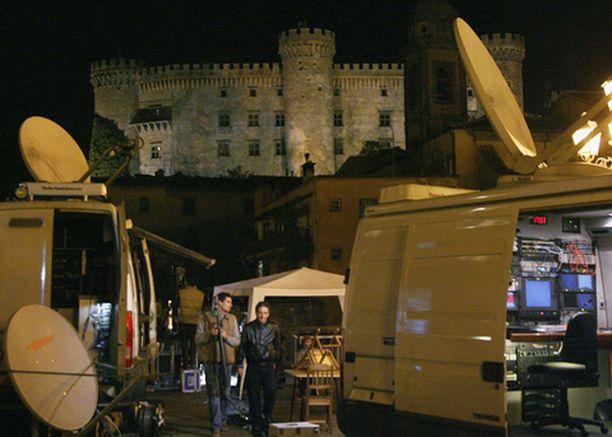 VALMIINA. Tv-kanavien lähetysautot ovat kerääntyneet hääpaikkana oletetusti toimivan linnan liepeille jo hyvissä ajoin.