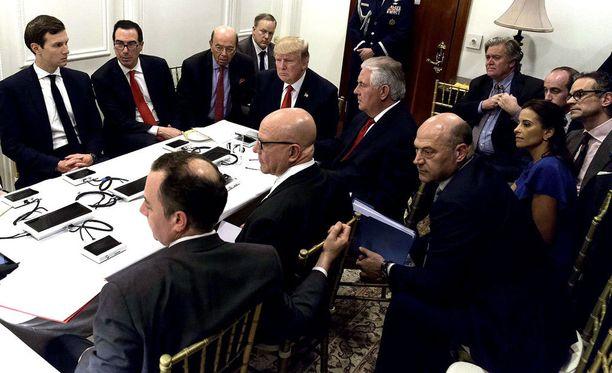 Presidentti ja kabinetti puimassa Syyrian tilannetta Mar-a-Lagossa, Floridassa 6. huhtikuuta.
