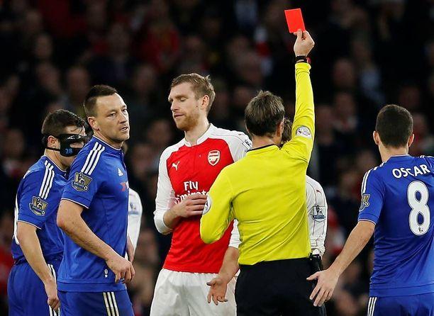Arsenalin Per Mertesacker ajettiin ulos ottelun alussa.