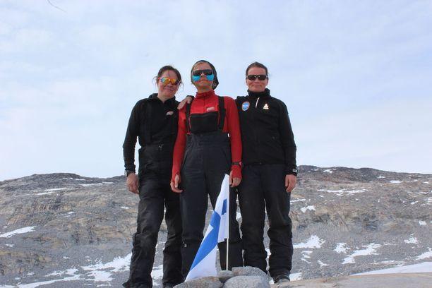 Marjo Lindberg, Jaana Vanhatalo ja Jenni Nurminen olivat harjoitelleen muun muassa ampumista ja rakentaneet välineitä reissuun.
