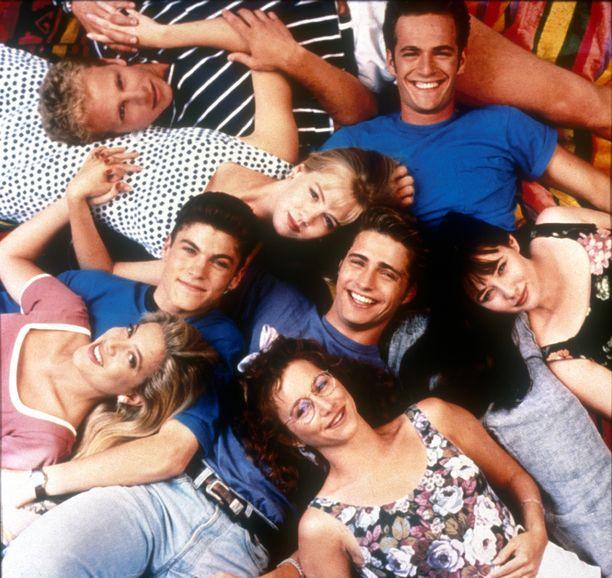 Berverly Hills 90210-päänäyttelijät vuonna 1990: Luke Perry, Shannen Doherty, Jason Priestley, Gabrielle Carteris, Tori Spelling, Brian Austin Green, Jennifer Garth ja Ian Ziering.