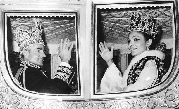 Mohammed Reza Pahlavi ja Farah vuonna 1967. Šaahi vieraili Suomessa vuonna 1970, jolloin vasemmistonuoriso järjesti šaahin vastaisia mielenosoituksia. Noin 40 ihmistä pidätettiin.