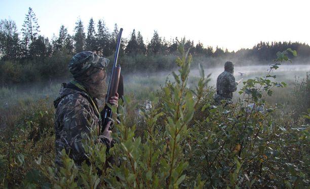 Mieskaksikko metsästi talojensa läheisellä pellolla pienriistaa haulikolla. Kumpikin asettui omille puolilleen peltoaukeaa. Kuvituskuva sorsastuskauden alusta, kuvan miehet eivät liity tapaukseen.