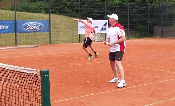 Jari Kurri (oik.) pelaa Teemu Selänteen parina Bermudan Kannu -tennisturnauksessa.