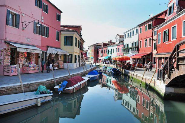 Buranossa on leikitelty väreillä.