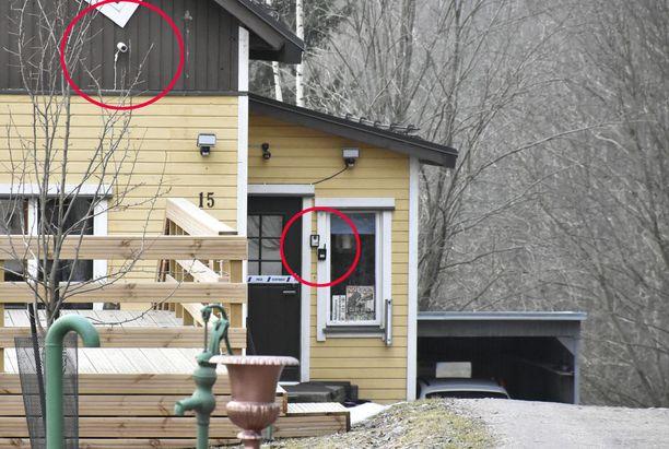 Satu Anderssonin nimissä olevaan taloon oli asennettu useita valvontakameroita. Niitä oli myös talon sisällä.