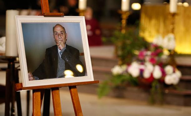 Surmansa saaneen papin Jacques Hamelin kuva oli esillä hänen hautajaisissaan.