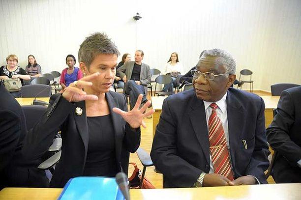 Asianajaja Ingrid Heickell ja joukkotuhonnasta syytetty mies keskustelivat Porvoon käräjäoikeuden istunnossa syyskuun alussa.