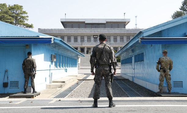 Etelä-Korean sotilaat seisovat vahdissa maiden välisellä rajavyöhykkeellä Panmunjomissa, joka sijaitsee maiden välisellä demilitarisoidulla vyöhykkeellä.