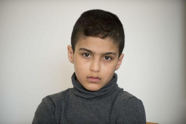 Etenkin vanhin perheen lapsista, 10-vuotias poika, ymmärtää meneillään olevan ongelmatilanteen.