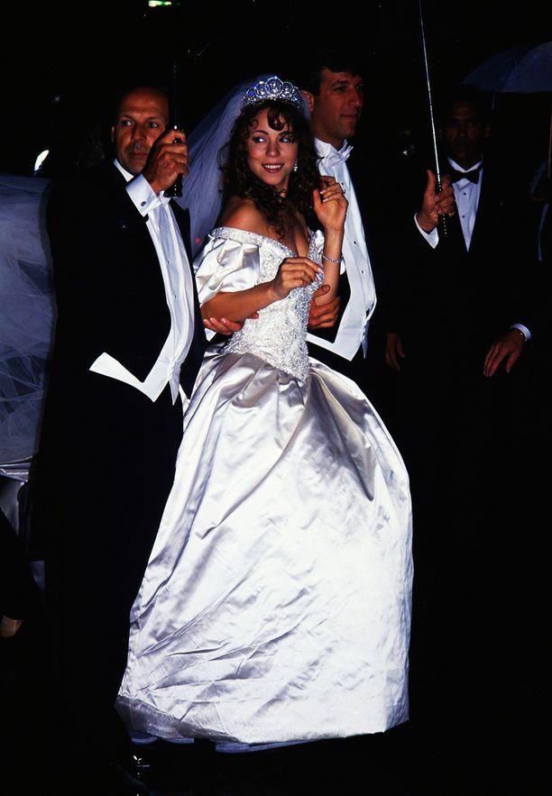 Laulaja avioitui ensimmäisen kerran vuonna 1993. Avioliitto Tommy Mottolan kanssa päättyi eroon hulppeista häistä huolimatta.