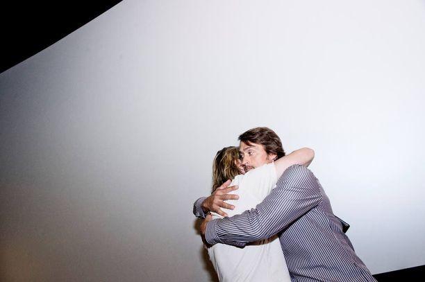 Teemu ja Selänne-dokumenttielokuvan ohjaaja JP Siili halaavat elokuvan lehdistötilaisuudessa vuonna 2013.