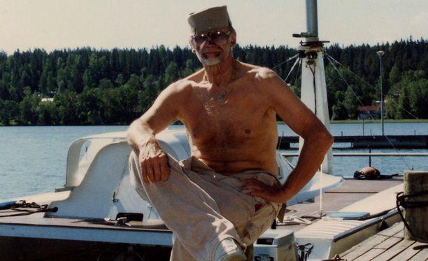 Spede Pasanen vuonna 1994. Mies menehtyi vuonna 2001. Pasanen on haudattu Helsingin Hietaniemen hautausmaalle. Rakastetulla koomikolla on myös oma patsas Jalasjärvellä.