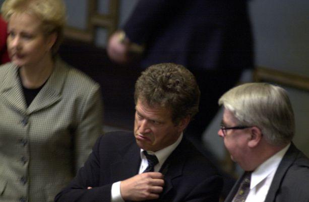 Valtiovarainministeri Sauli Niinistö eduskunnassa 2002.