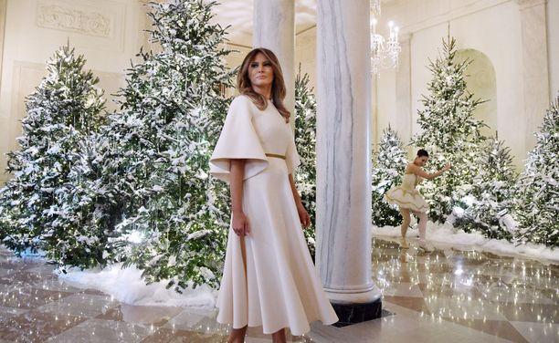 Melania Trump joulukoristeidensa ympäröimänä.