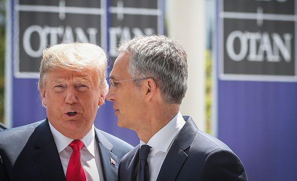 Yhdysvaltojen presidentti Donald Trump ja Naton pääsihteeri Jens Stoltenberg keskustelivat Naton huippukokouksessa.