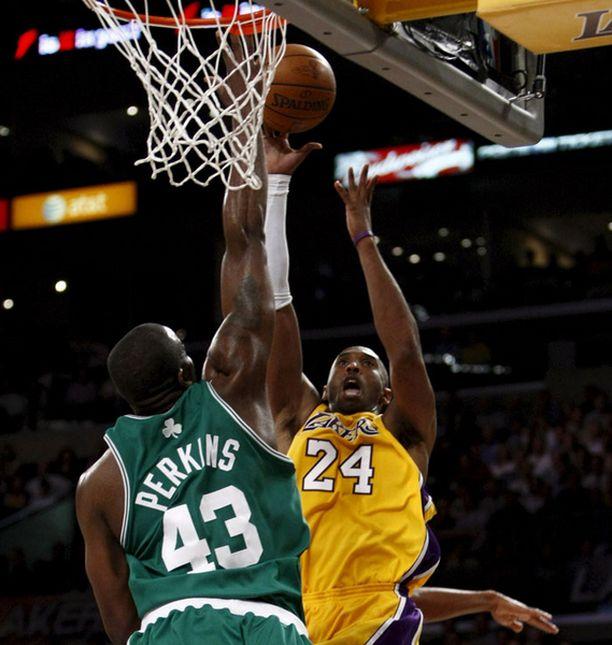 Kobe Bryant nostatti Lakersin avausvoittoon Celticsistä.