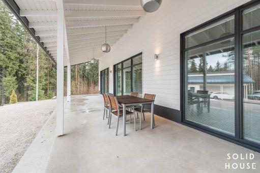 Valkoinen puutalo tummilla ikkunanpuitteilla on myös ajanhenkinen valinta