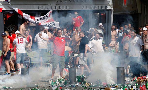 Englannin fanit pitävät majaa Marseillen vanhassa satamasssa.