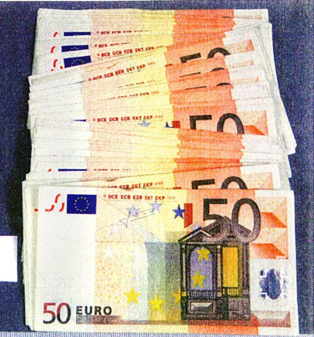 3 000 EUROA Poliisin esitutkinnan yhteydessä takavarikoituja rahoja löytyi muun muassa epäiltyjen kotoa.