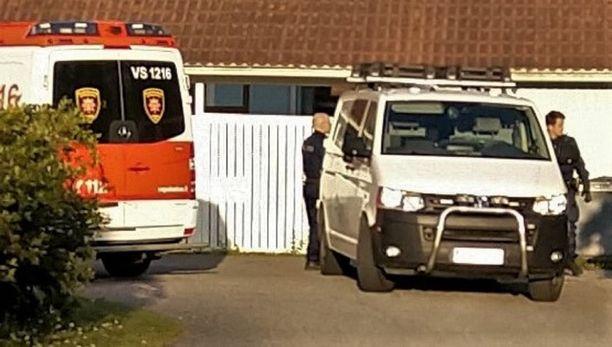 Talon pihalla oli illalla Varsinais-Suomen pelastuslaitoksen yksikkö sekä joukko rikostutkijoita