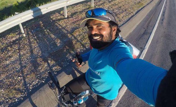 Intialainen Clifin Francis pyöräilee Iranista Venäjälle nähdäkseen Messin.
