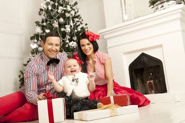 Näin suloisissa joulutunnelmissa Esko, Martina ja Victoria poseerasivat vielä vuosi sitten.