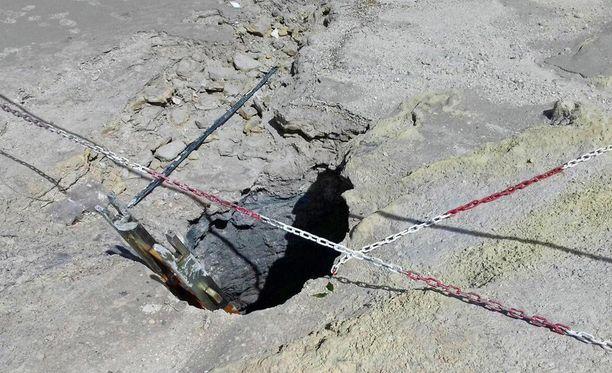 Kolmihenkinen perhe menehtyi vajottuaan vulkaaniseen kraatteriin Napolin länsipuolella sijaitsevalla Solfatarin kraatterikentällä.