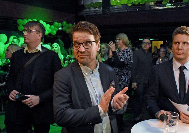 Vihreiden puheenjohtaja Ville Niinistö katseli vakavan näköisenä ennakkoäänituloksia odotellessaan vuoroaan Ylen haastatteluun.