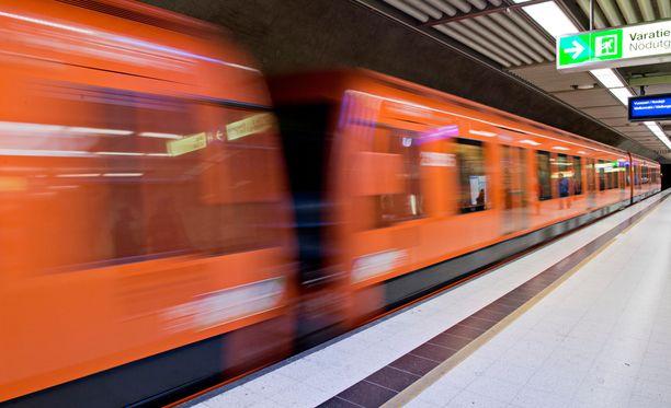 Helsingin metron ovet aukesivat kesken matkan Kulosaaren ja Kalasataman välillä, kertoo Helsingin Sanomat.