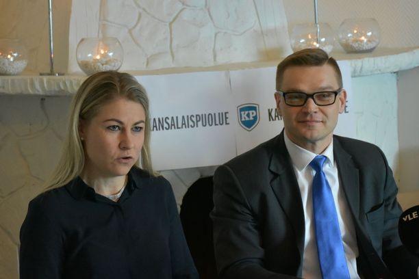Kansalaispuolueen Pia Kattelus ja Sami Kilpeläinen pidättäytyivät täsmentämästä Väyrysen erottamiseen johtaneiden tapahtumien yksityiskohtia.