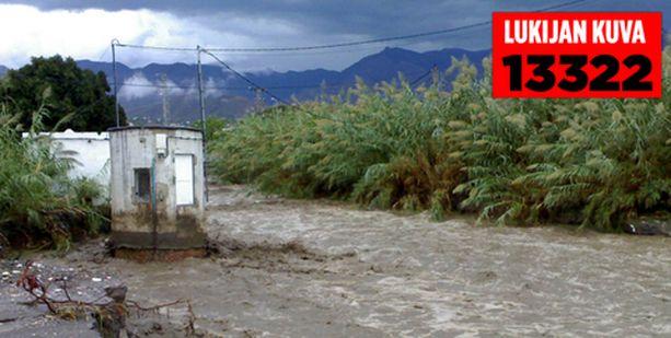 Tulvavedet romahduttivat sillan Nerjassa.