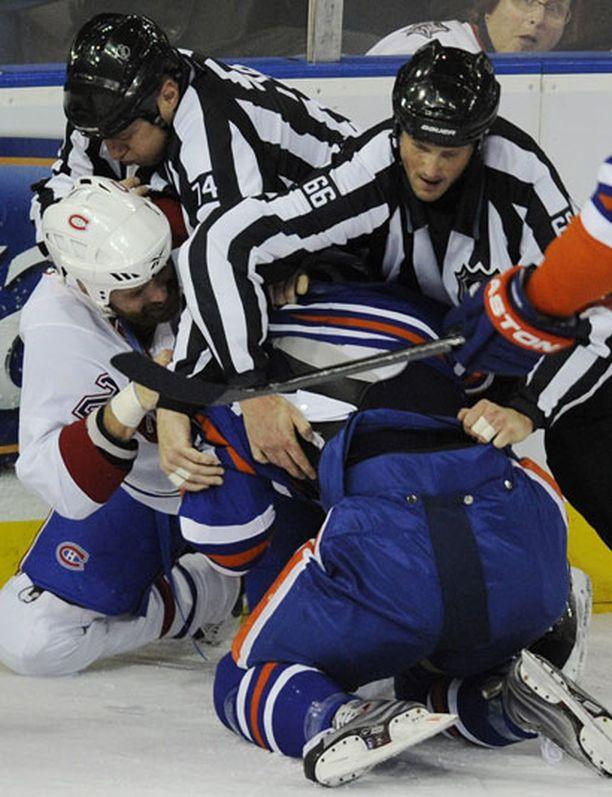 Ei NHL-kierrosta ilman myllyä. Tässä nujakoivat Montrealin Paul Mara ja Edmontonin Gilbert Brule. Brule jäi tilanteessa hieman ahtaalle.