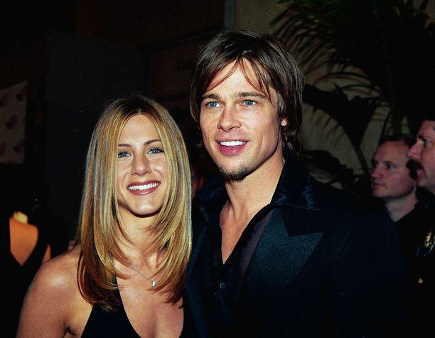 Jenniferin kuuluisa Rachel-tukka villitsi ysärillä. Brad lähti trendiin mukaan keskijakauksessa.