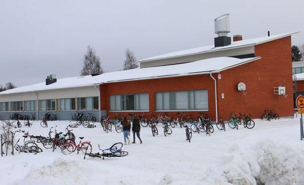 Kiimingin Jokirannan koulussa on kärsitty sisäilmaongelmista vuosikausia. Alkuperäinen rakennus on valmistunut vuonna 1967. Sitä on laajennettu vuonna 1980.