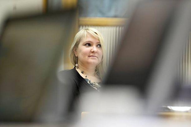 Kansanedustaja Suna Kymäläinen (sd) aikoo tiedustella, mihin toimiin hallitus ryhtyy ikärajamerkintöjen yhtenäistämiseksi eri peleissä sekä myynnin tarkastamiseksi myös kirpputoreilla.