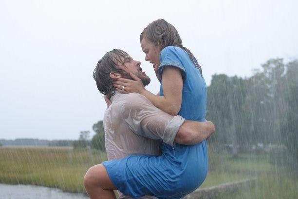 Ryan Gosling ja Rachel McAdams näyttelivät yhdessä intiimeissä kohtauksissa klassikkoelokuvaksi nousseessa The Notebook - Rakkauden sivut (2004). Pari rakastui elokuvan kuvauksissa, mutta sitten suhde päättyi eroon.