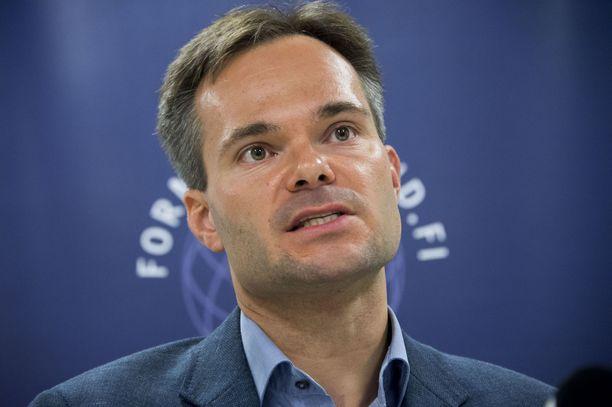 Sisäministeri Kai Mykkänen (kok) arvioi, että nykyisen päästöihin sidotun autoveron tuoton lasku pitää kattaa auto- ja ajoneuvoveron korottamisella.