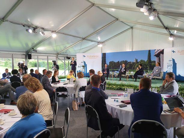 Presidentin kesäasunnolle Kultarantaan kokoontui maanantaina joukko yhteiskunnallisia vaikuttajia. Keskustelun teemana oli Suomen rooli eurooppalaisessa turvallisuudessa.