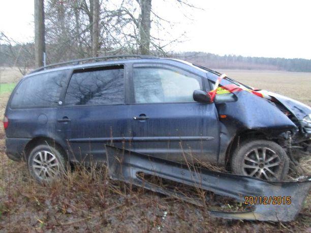 Ryöstäjien epäillään liikkuneen tila-autolla, joka löydettiin tieltä suistuneena Salosta.