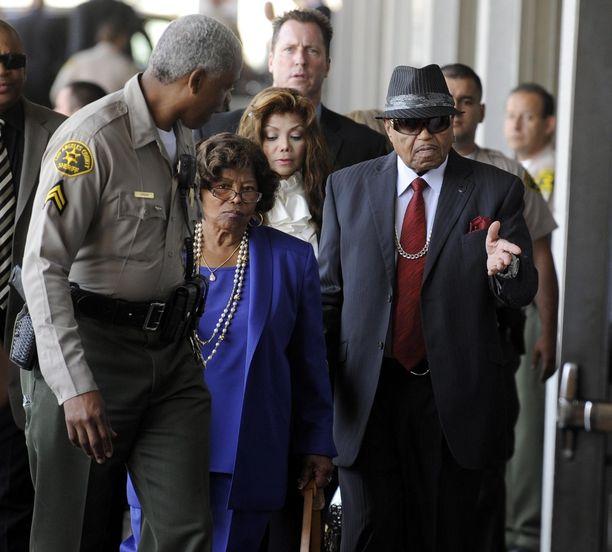 Michael Jacksonin manageri-isä Joe Jackson ja äiti Katherine Jackson sekä sisko La Toya Jackson menossa oikeuteen vuonna 2010 Michael Jacksonin kuoleman aiheuttaneen henkilääkärin Conrad Murrayn oikeusjutun takia.