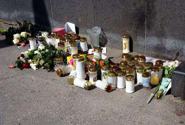 Ampumisen uhreja muistettiin kynttilöin pian tapahtumien jälkeen.