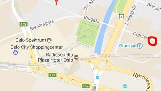 Epäilty pommia ollaan purkamassa Oslon keskustassa punaisella merkityssä kohdassa.